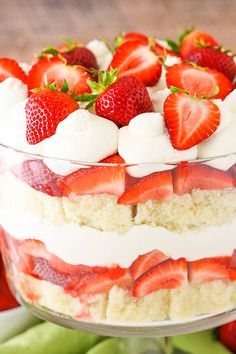 layers of moist vanilla cake, fresh strawberries, strawberry sauce and fresh whipped cream! This Strawberry Shortcake Trifle is simple to make with layers of moist vanilla cake, fresh strawberries, strawberry sauce and fresh whipped cream! Oreo Trifle, Trifle Recipe, Oreo Cheesecake, Trifle Cake, Angel Food Cake Trifle, Trifle Bowl Recipes, Dessert Trifles, Angel Food Cake Desserts, Fruit Trifle