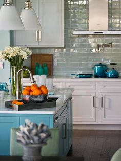 A bowl of citrus fruits — a nod to location — becomes a focal point when paired with white and turquoise hues.
