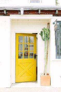 yellow door, bright entrance #decor #hallway #porta