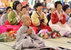 """""""Per tutti quei bambini, sui dieci anni, giusto rapati a zero...la pagoda sarebbe stata per anni avvenire la loro scuola: una scuola di lettura, di scrittura, di fede, ma anche di tradizioni, di maniere e di vecchi principi. Che differenza, pensavo, fra il crescere così educati..sotto quei Buddha, maestri di tolleranza e il crescere in una città..dove i giovani vanno ormai a scuola..con i tappi dei walkman nelle orecchie per soffocare con la musica rock il frastuono del traffico"""" Tiziano…"""