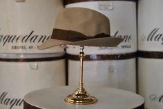 Mascota de fieltro, color castor. Felt trilby hat, beige colour.