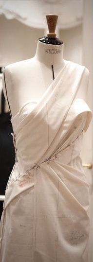 Dior Style Couture, Couture Details, Fashion Details, Couture Fashion, Fashion Design, Draping Techniques, Techniques Couture, Couture Christian Dior, Pattern Draping