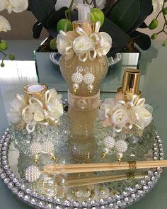 Kit lavabo luxo marfim 3 peças Art Decor, Diy Home Decor, Decoration, Kits Lavabo, Button Bouquet, Wedding Gift Wrapping, Altered Bottles, Bottle Crafts, Bath Accessories