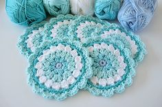 alexia dives posted Studio 92 Designs: Bloemen onderzetters - there is a beautiful picture of these packaged as a gift on her IG to their -knits and kits- postboard via the Juxtapost bookmarklet. Crochet Cup Cozy, Crochet Mat, Crochet Home, Love Crochet, Crochet Gifts, Crochet Flowers, Crochet Coaster Pattern, Crochet Doily Patterns, Crochet Placemats