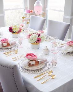 Lovely inspiration for a Valentine's or Galentine's party table. Pink Table Settings, Easter Table Settings, Beautiful Table Settings, Friday Night Lights, Festa Party, Brunch Party, Dinning Table, Deco Table, Decoration Table