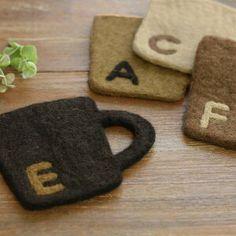 羊毛フェルトをシート化する方法&初心者でも作れるコースター|VERANDAHER|モノトーン素材とインテリア雑貨 Easy Felt Crafts, Felt Diy, Diy And Crafts, Felt Coasters, Diy Coasters, Tea Favors, Felt Crafts Patterns, Christmas Craft Fair, Felt Embroidery