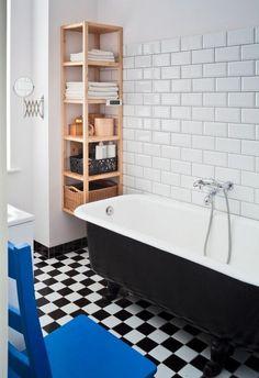 idées pour petite salle de bain avec un sol damier et baignoire en noir et blanc