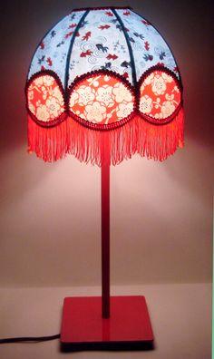Lampe de chevet rétro, asiatique en papier japonais turquoise et rouge, frange rouge. Déco bohème. Déco hippie chic.