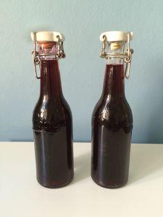 Hyldebærsaft: 2kg hyldebær 1 liter vand 750g rørsukker 1 stor håndfuld frisk timian  Saft af 1 citron •hæld bær og timian i en gryde med vandet. Når bærrene brister tages gryden af og det hele sies enten i en bærsi eller gennem et klæde. Hæld saften tilbage i en ren gryde og kog med sukker og citronsaft til sukkeret er opløst. Kan fryses i plastflasker eller hældes på patentflasker der er skoldet og skyllet i atamon. Saften fortyndes efter behov. God på en kold efterårsdag 😊
