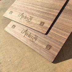 Planche Menu restaurant bois plaqué Noyer gravure laser – Imprimerie ICB Menu Restaurant, Gravure Laser, Plaque, Bamboo Cutting Board, Printing, Drown, Floor