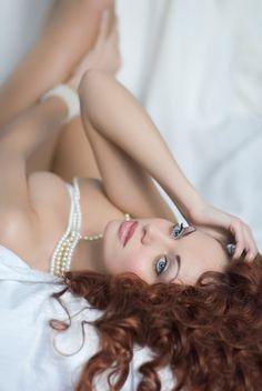 A rendes lány úgy gondolja, nincs teljesen felöltözve gyöngysor nélkül. A rosszlány azt hiszi, egyetlen gyöngysorban is jól öltözött.