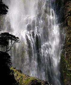 Devil's Punchbowl Falls (Photo: LightTravelsPhoto)