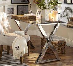 uma mesa moderna, com o plano de trabalho em vidro