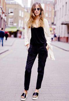 look macacão + cardigan + flatforms street syle