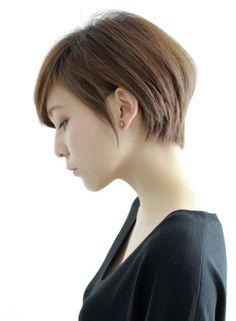横顔と後ろ姿は見落としがちなおしゃれポイントです。特にショートヘアは横顔が重要になってきます。憧れののショートヘアを真似するときに、見落としてはいけないのがバックサイドスタイル。要チェックすべき所です。ボーイッシュすぎないのは女性らしいショートのポイント。