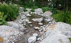 Mit Wasser wird ein Stein-Garten noch spannender: Kleine Bachläufe lassen sich schön mit Kieseln in verschiedenen Größen gestalten