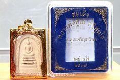 Sehr seltenes Phra Somdej Fang Takrut Ngern Ruun Khun Charoen Srap Thai Amulett des ehrwürdigen Luang Pho Khun Parisuttho, Abt des Wat Banrai, aus dem Jahr B.E. 2537 (1994).  Das hier angebotene Amulett wurde vom ehrwürdigen Luang Pho Khun aus heiligen Ingredienzien erschaffen und stellt einen Phra Somdej dar, in dem 3 Silber Takruts (Pali Schriftrollen) eingelassen sind. Phra Somdej Amulette in die echte Silber oder Goldtakruts eingelassen sind, sind äußerst selten.