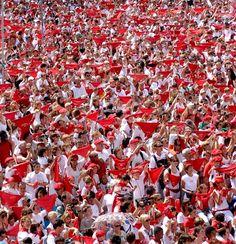 Les foulards rouge aux Fêtes de #Bayonn