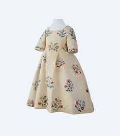 Child's dress, possibly for a one to two year old, linen with floral embroidery, Basel mid-18th century. www.hmb.ch | Kinderkleidchen