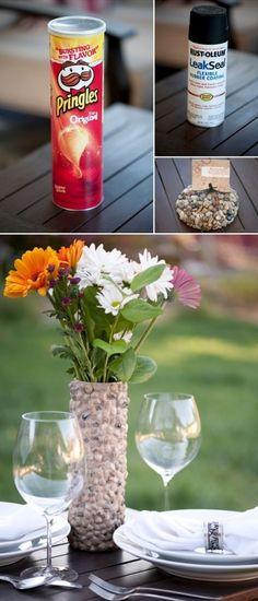 Jarrón para flores con bote de pringles y piedras de rio. Ideas para reutilizar los botes que son cilindros verticales de cartón de la compañía Kellogg's.