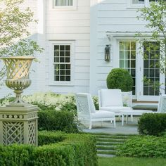 A little garden inspiration to remind us that summer isn't over yet 💚 Click image of you like the planter! Design by Outdoor Rooms, Outdoor Gardens, Outdoor Living, Outdoor Decor, Formal Gardens, Cheap Landscaping Ideas, Home Landscaping, Tudor House Exterior, Vase