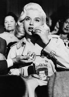 Diana Dors eating Corn at the cinema Vintage Hollywood, Hollywood Glamour, Hollywood Stars, Classic Hollywood, Hollywood Divas, Planet Hollywood, Diana Dors, Rockabilly, Pin Up