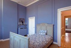 Wandgestaltung im Schlafzimmer in blau. Mut zur Farbe.