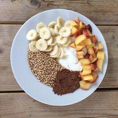 Powerbreakfast! Met kwark, gepofte quinoa, perzik, banaan en cacao