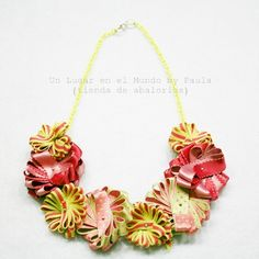 Collar corto con flores de cintas.