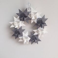 Origami Weihnachtskranz. Zu finden auf Etsy. Origami, Ceiling Lights, Etsy, Home Decor, Snow Flakes, Ideas, Homemade Home Decor, Ceiling Lamps, Interior Design