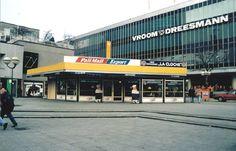 Rotterdam - Beursplein met Café Restaurant 'La Cloche' en de V&D. Begin… Rotterdam Metro, Dutch Netherlands, Amsterdam Shopping, Old Town, Old World, Holland, Places To Visit, History, City