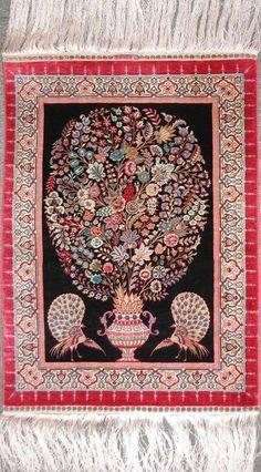 GEWELDIGE TURKSE HEREKE ZIJDE TAPIJT  100% natuurlijke zijde tapijtOntwerp in een vaas met bloemenEchte Turkse Hereke tapijtMaat: 59 x 49 cmMuur opknoping18/18 knopen rond 3300000/mVanaf ongeveer 1980/1985Uit een privé collectie.Certificaat van echtheid opgenomenVerzending via Bpost of GLS260  EUR 2900.00  Meer informatie