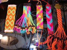 muestrario de diseños de tejido wayu Braid Patterns, Crotchet Patterns, Finger Weaving, Mochila Crochet, Crochet Belt, Tapestry Crochet, Bracelet Patterns, Braids, Crocheted Bags