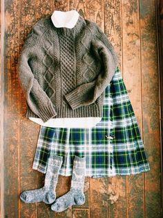 子供から大人までトライできるスタイル。アランセーター×キルトスカートは定番でありながらも飽きのこないコーデです。