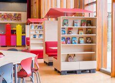 De Learn-Inn is één van onze nieuwste inrichtingsconcepten en wordt in onze eigen fabriek in Arnhem geproduceerd. Het is een modulair ontworpen meubel met heel veel verschillende functionele oplossingen. Met behulp van een pompwagentje is de Learn-Inn eenvoudig verplaatsbaar en kan deze ingezet worden in klaslokalen, open ruimtes, gangen en op leerpleinen. De Learn-Inn kan uitgevoerd worden met bijvoorbeeld een opberg-, presentatie-, garderobe of bibliotheekfunctie.