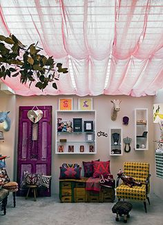 A luz natural ilumina um dos ambientes da SaLA, loja da designer Juliana Daidone. Tecidos rosa deixam o ambiente mais aconchegante e o teto, mais interessante