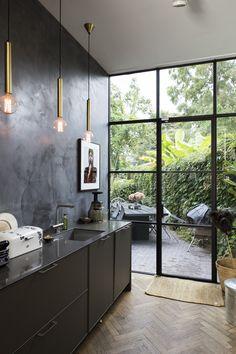 Inside ❤️outside. And Tadelakt wall. Bathroom Interior, Kitchen Interior, New Kitchen, Kitchen Decor, Kitchen Walls, Kitchen Cabinets, Black Kitchens, Home Kitchens, Küchen Design