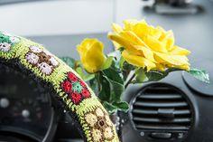 Järvenpääläinen Suvi-Maria Knuutinen pitää pyöreistä autoista ja aurinkoisista väreistä. Hän sisusti keltaisen Volkswagen Beetlensä värikkäillä pitseillä. Volkswagen, Beetle, Beaded Bracelets, June Bug, Beetles, Pearl Bracelets, Seed Bead Bracelets, Pearl Bracelet