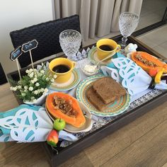 Bandeja de café da manhã na cama para o marido. Breakfast Tray, Breakfast Recipes, Breakfast Parties, Coffee Time, Tea Time, Brunch Mesa, Food Trays, Romantic Dinners, Lunches And Dinners