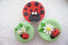 Cupcakes joaninhas lady bug cupckae by Alexandra Bolos Artísticos, via Flickr