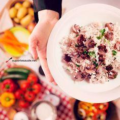Pós treino para vegetarianos Sabemos que atualmente há cada vez mais pessoas adeptas ao vegetarianismo. Para ajudar na importante refeição do pós treino dessas pessoas, aqui estão algumas dicas para uma alimentação saudável e que ajude a recuperação do organismo.  A melhor opção é fazer um jantar com cogumelos fresco, tofu, mix de quinoa com arroz integral, aspargos, brócolis e couve flor, com uma porção de salada com nozes e sementes. Salada quente é uma segunda opção para o pós treino…
