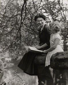 La Reine Elizabeth II faisant la lecture à la Princesse Anne