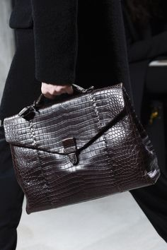 The complete Bottega Veneta Fall 2013 Menswear fashion show now on Vogue Runway. Briefcase For Men, Leather Briefcase, My Bags, Purses And Bags, Fashion Bags, Mens Fashion, Dior, Beautiful Bags, Bottega Veneta