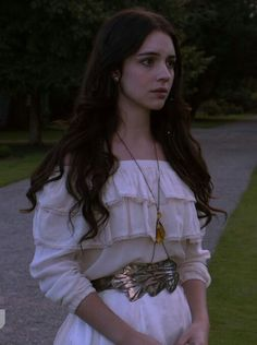 How To Wear Belts Young Morgana worries how to break the news of their fathers death to Kerrigan - Discover how to make the belt the ideal complement to enhance your figure. Mary Queen Of Scots, Reign Mary, Queen Mary, Mary Stuart, Reign Fashion, Fashion Tv, Adelaide Kane, How To Wear Belts, Film Manga