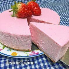 Esta tarta de fresa rápida se prepara sin horno y con unos pocos ingredientes muy sencillos. La tarta tiene un sabor suave y una textura sedosa.
