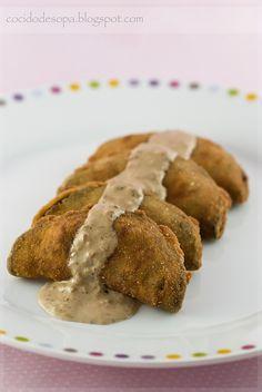 empanadillas de berenjenas con salsa de setas al horno / Una berenjena grande y gordota, de unos 600 gramos de peso. 4 salchichas frescas. 1/2 cebolleta. 1/2 cda de ajo seco en polvo. 1 cdta de harina. un chorrito de leche. sal. aceite de oliva virgen extra. 2 huevos . harina. pan rallado