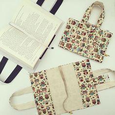 Capas porta livros, com alças, fecho e marcador de página! #livro #livros #capas #portalivro #ler #leitura #capaparalivro #portalivros #corujinhas #book #books #FashionArts #artesanatosdamoda #boanoite #corujas