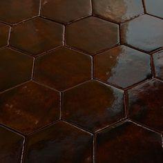 Płytki sześciokątne, brąz butelkowy, transparentny. Płytki rustykalne glazurowane to płytki ceramiczne pochodzące z rodzinnej manufaktury Rogiński Warsztat Artystyczny. Płytki wykonywane są ręcznie z wysokiej jakości masy klinkierowej, a następnie szkliwione.
