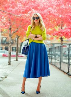 yellow and blue chic outfit with blue pumps