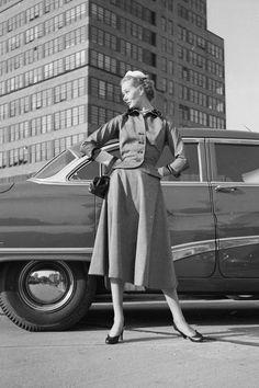 Browse through this set of vintage street style snaps to see how ladies wore their Balenciaga coats, Christian Dior hats and Chanel dresses back in the day. Vintage Street Fashion, 1940s Fashion, Vogue Fashion, Look Fashion, Fashion Models, Fashion Trends, Classic Fashion, Unique Fashion, Christian Dior